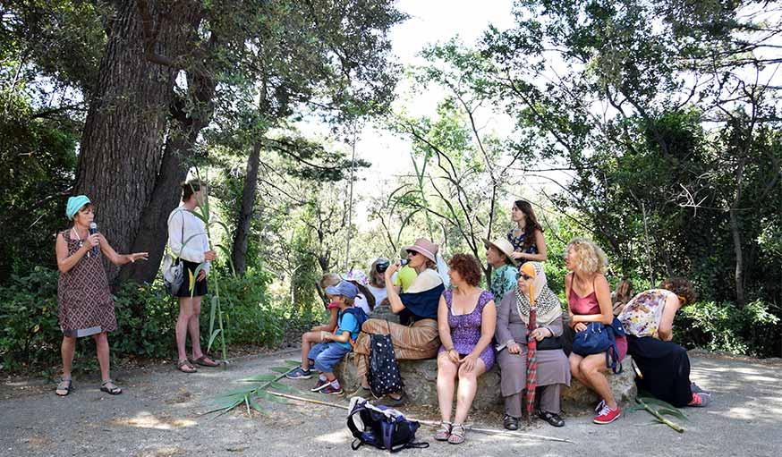 collectif 1001 Pattes Marseille le groupe écoute une histoire dans le parc