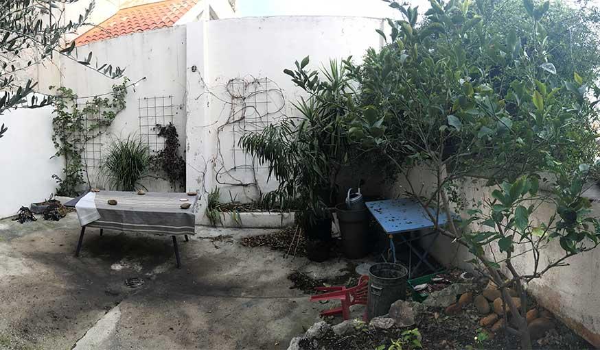 Avant après jardin Marseille avec pergola - vue sur le fond de la cour avant la rénovation