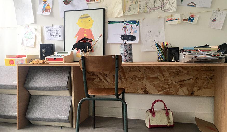 bureau avec dessins d'enfant