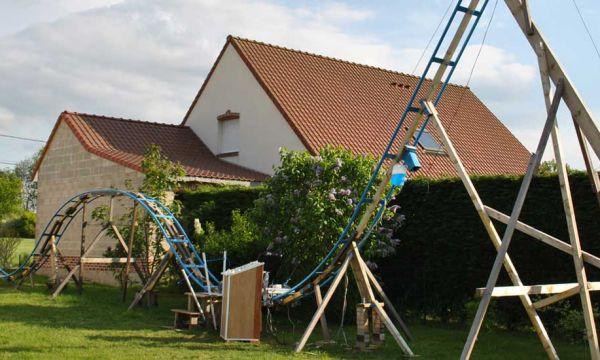 À 16 ans, il construit une montagne russe dans le jardin de ses parents