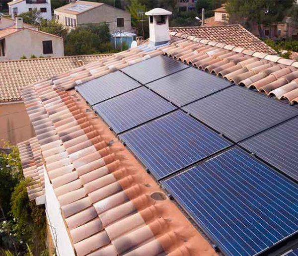 Ce panneau solaire 2 en 1 produit de l'électricité et chauffe l'eau de la maison