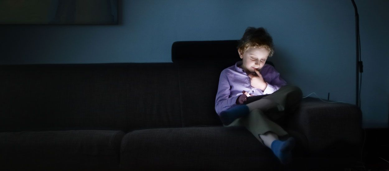 Pour que vos enfants passent moins de temps sur leurs écrans, lâchez votre smartphone !