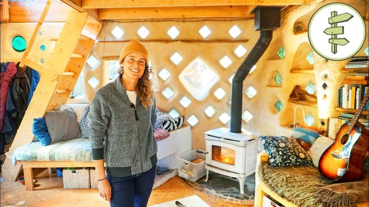 Elle a construit seule sa maison écolo qu'elle alimente (en partie) au biogaz