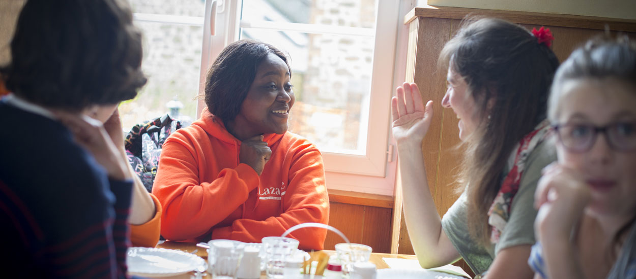 Aliénor vit avec d'anciennes personnes sans-abri dans une colocation solidaire