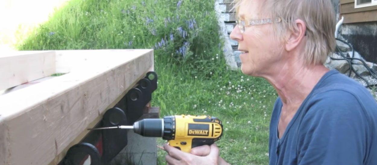 Cette retraitée a construit seule sa tiny house dans le jardin d'une amie