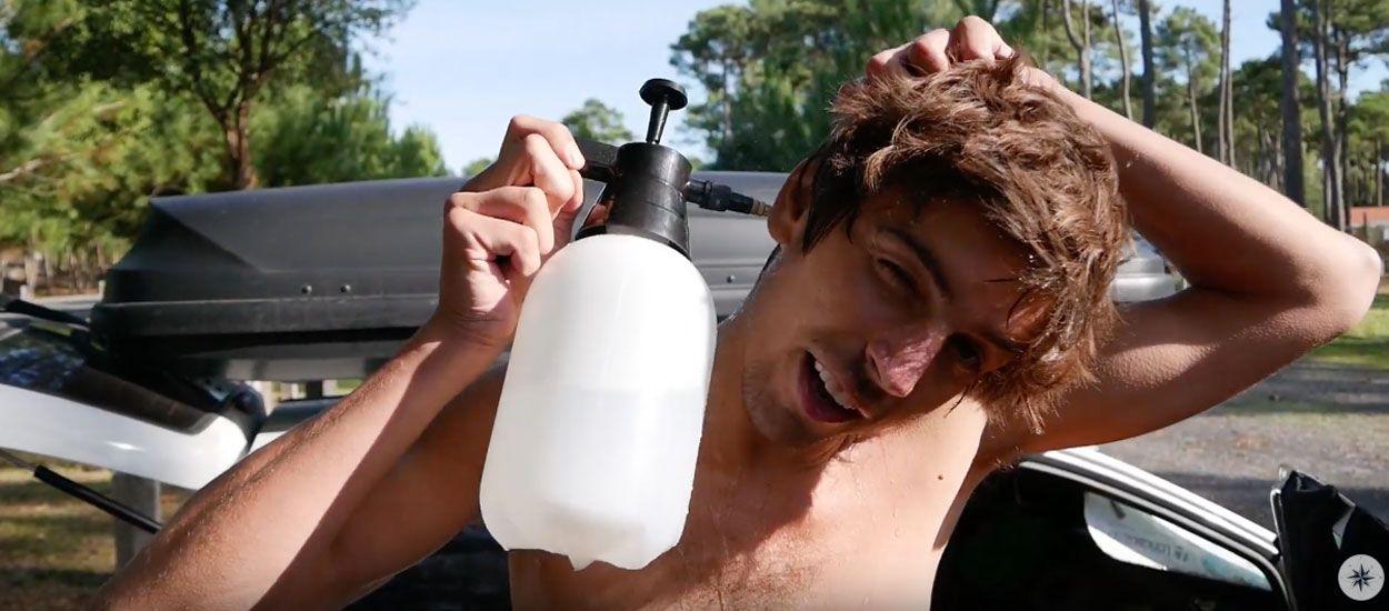 Ce voyageur vous montre comment prendre une douche avec seulement 2 litres d'eau