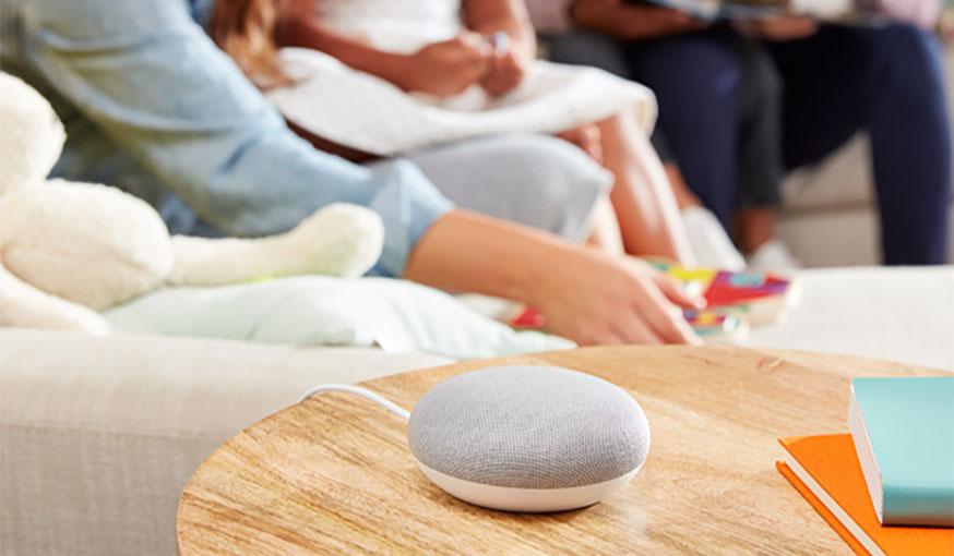 Enceinte Google Home Mini dans le salon