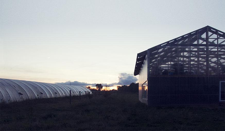maison hangar en soirée à Hillion