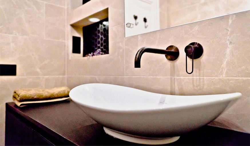 salle de bains avec robinetterie noire bath and co
