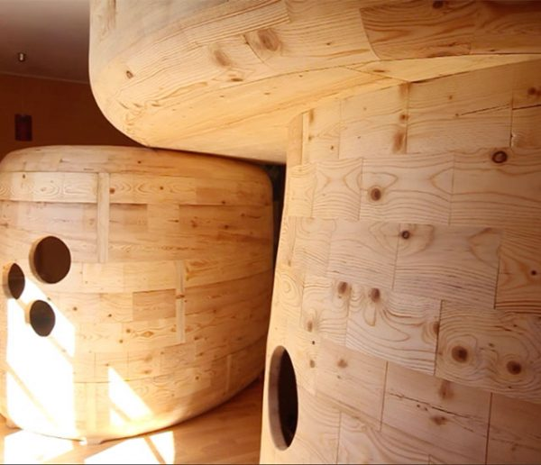 Ce papa a construit trois mini cabanes pour que ses enfants dorment dans la même chambre