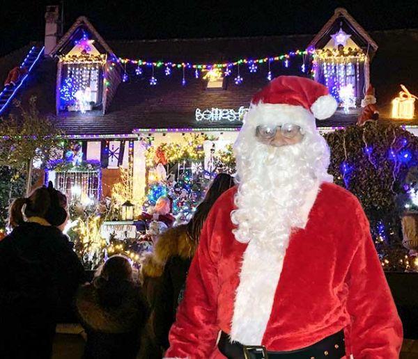 Depuis 10 ans, Maurice transforme son jardin en véritable village du Père Noël pour le bonheur des passants