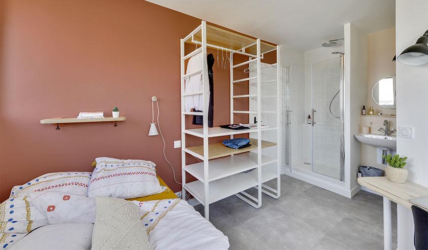 chambre après rénovation mur couleur rouille