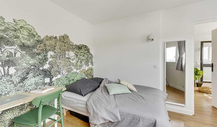 Chambre avec papier peint fresque forêt
