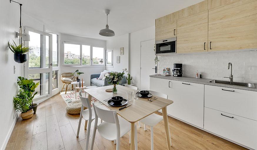 cuisine ouverte sur le salon en bois clair