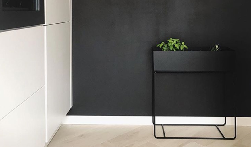 mur noir minimaliste