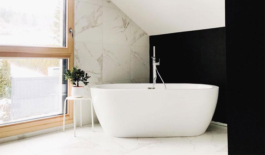 salle de bains minimaliste noir et blanc
