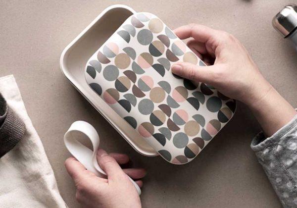 La vaisselle en bambou contient du plastique et serait