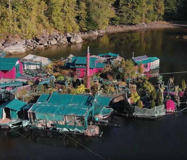Ce couple de Canadiens a créé sa propre île et vit dessus depuis 27 ans