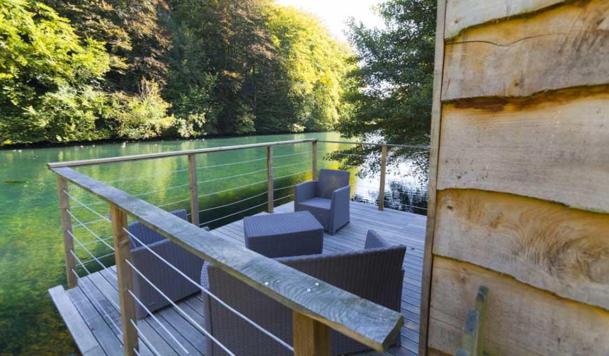 La terrasse en bois donne l'impression de flotter sur l'eau