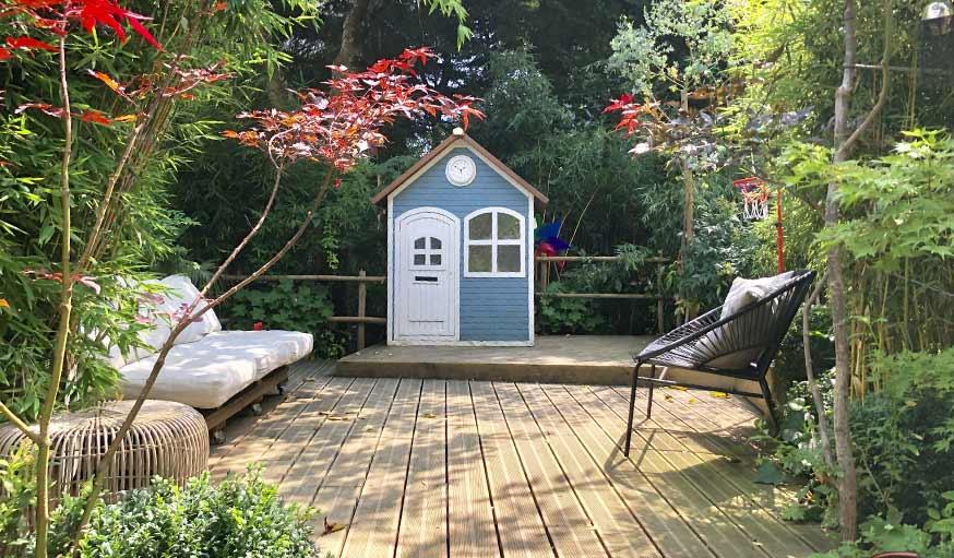 jardin exotique terrasse en bois et petite cabane
