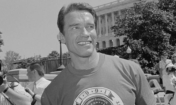 Arnold Schwarzenegger partage sa méthode pour faire de la muscu à la maison