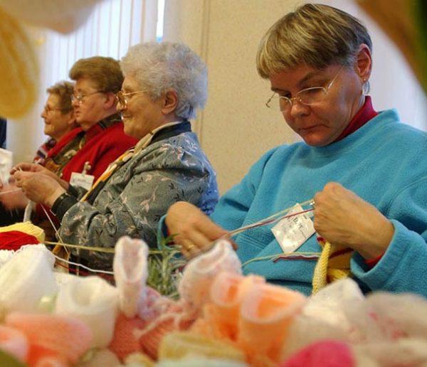 Cette association de grands-mères tricoteuses vient en aide aux mères en difficulté