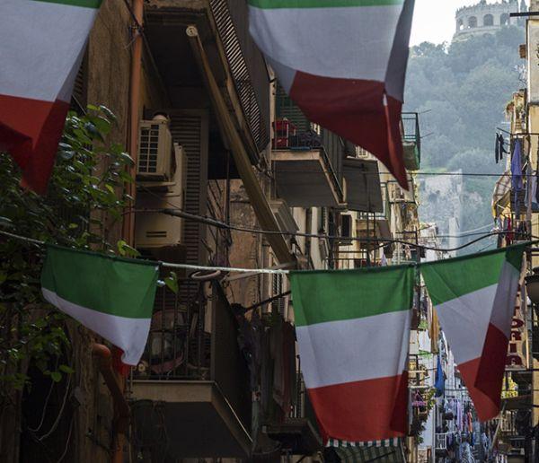 Chants et concerts improvisés depuis leur balcon pour les Italiens confinés chez eux