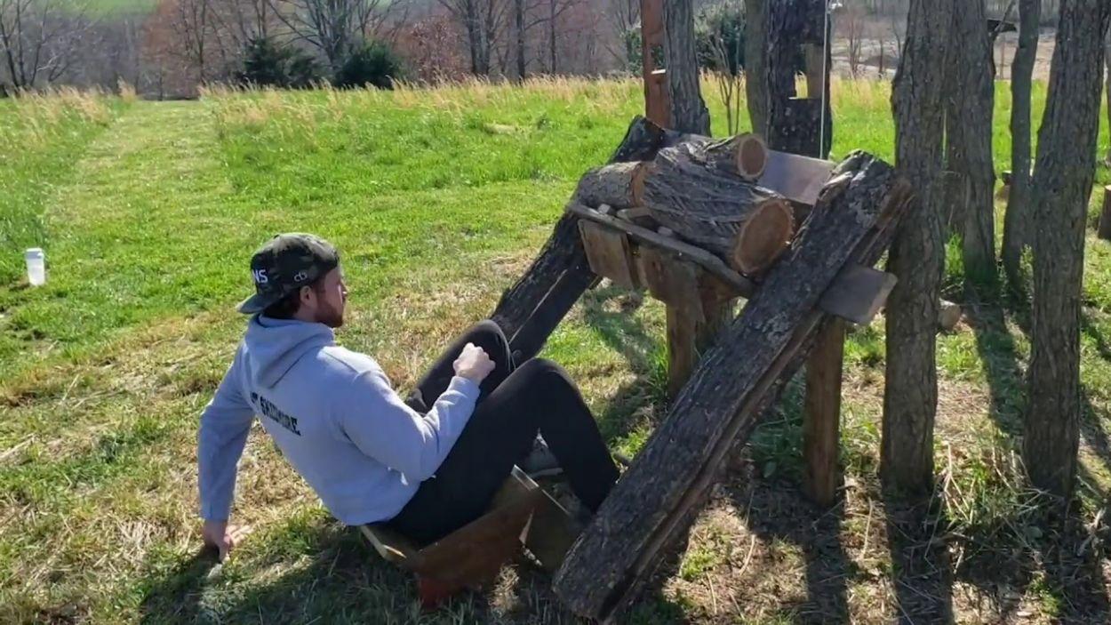 Confinement : cet homme a reproduit une salle de sport avec les arbres de son jardin