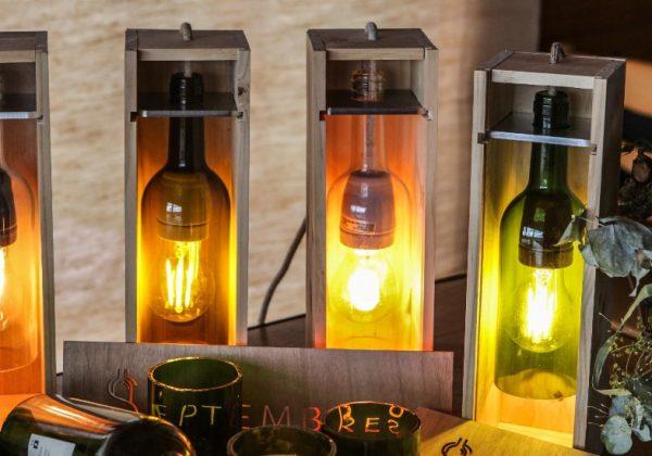 Upcycling : cet artisan recycle des bouteilles de vin pour en faire des  objets décoratifs