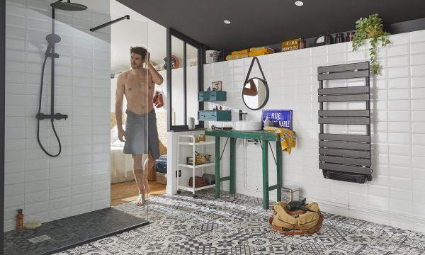 Une salle de bains ouverte sur la chambre