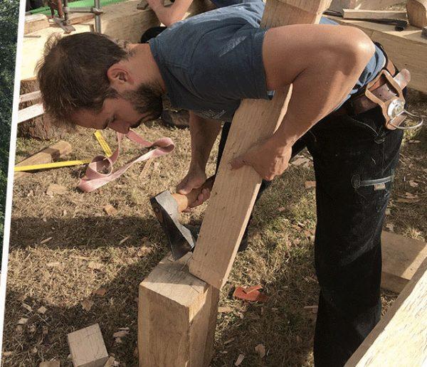 Ces charpentiers bénévoles ont reproduit une partie de la charpente de Notre-Dame à la main