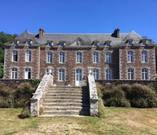 Chloé, 25 ans, teste la colocation intergénérationnelle dans un château breton
