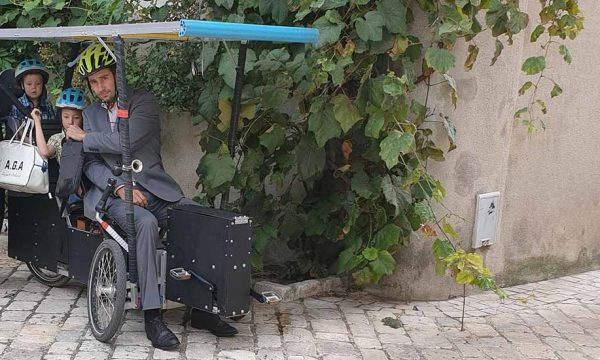 Il invente un vélo solaire pratique pour faire ses courses ou aller travailler