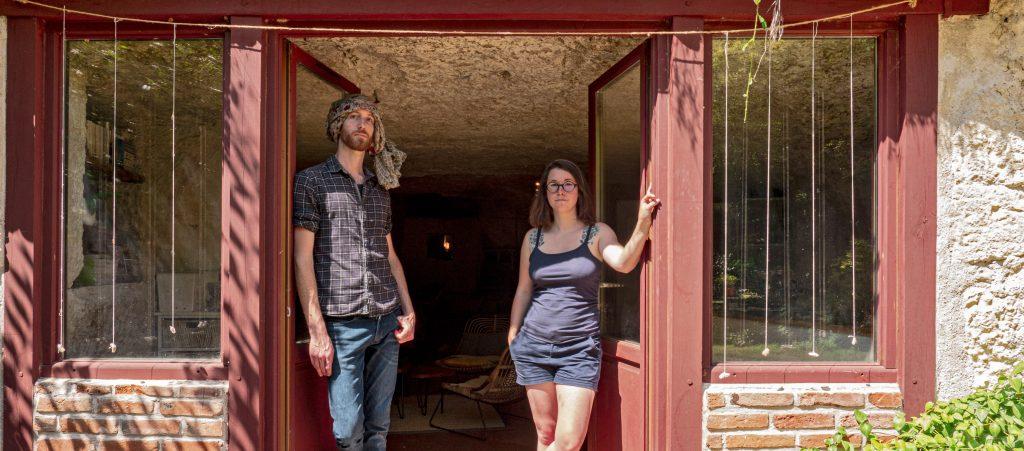 Ils vivent dans une maison troglodyte dont ils ont fait la rénovation