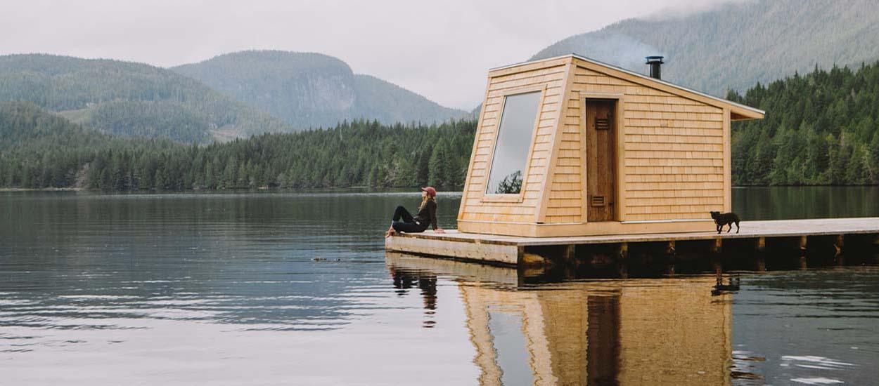 Ce sauna flottant au milieu d'un lac est uniquement accessible en kayak