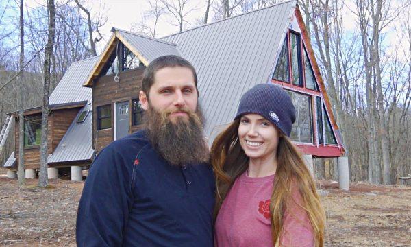 Ils construisent une maison triangle en couple : regardez le chantier en accéléré en vidéo
