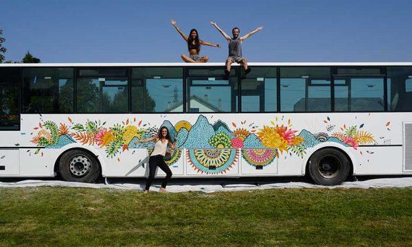 Elle transforme un bus scolaire en auberge de jeunesse itinérante
