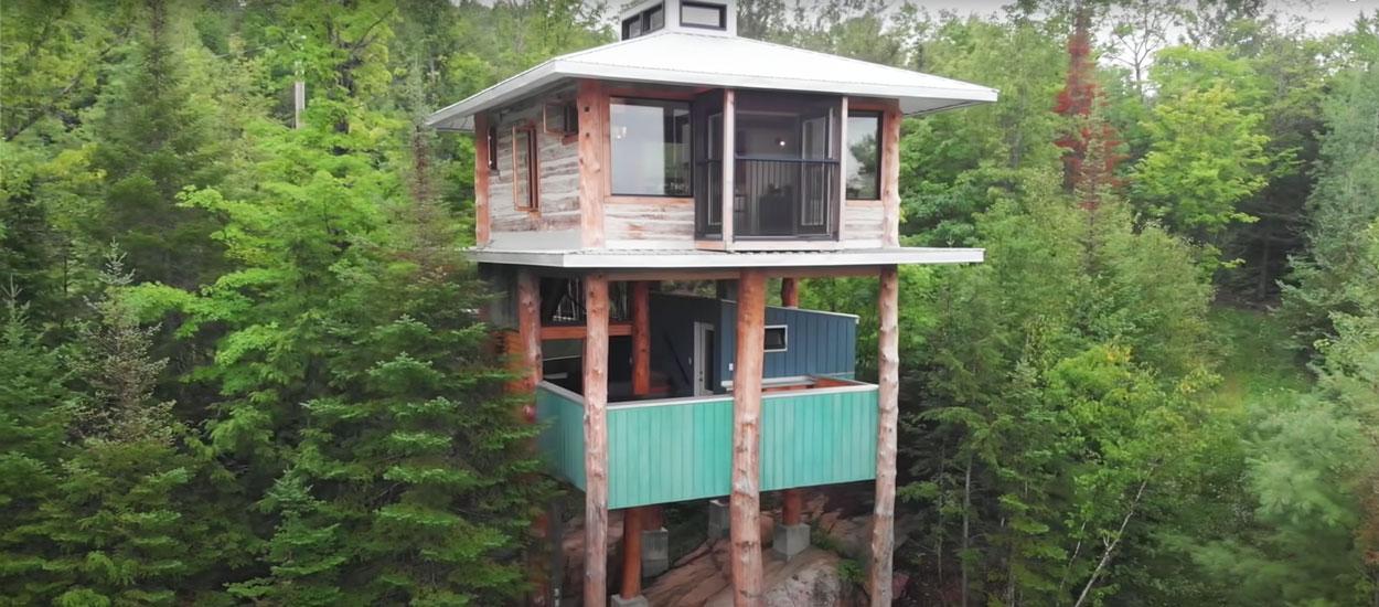 Cette cabane dans les arbres super moderne a été fabriquée avec des matériaux récupérés