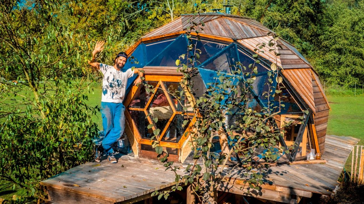 Il a construit une maison en forme de bulle pour 6000 euros seulement