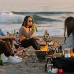 Un groupe de jeunes japonais fêtent Noël sur la plage