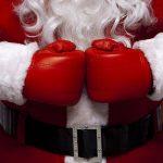 Le père Noël avec des gants de boxe