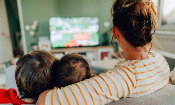 En 2020, les Français n'ont jamais autant regardé la télévision : comment inverser la tendance ?