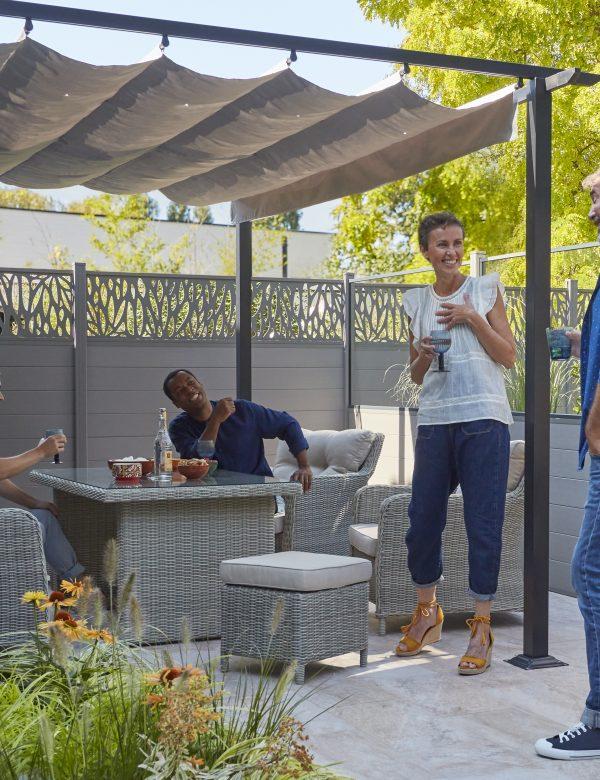 Jardin privé : une clôture facile à poser pour plus d'intimité