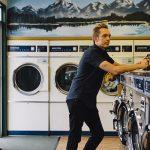 Deux américains minimalistes dans un lavomatic