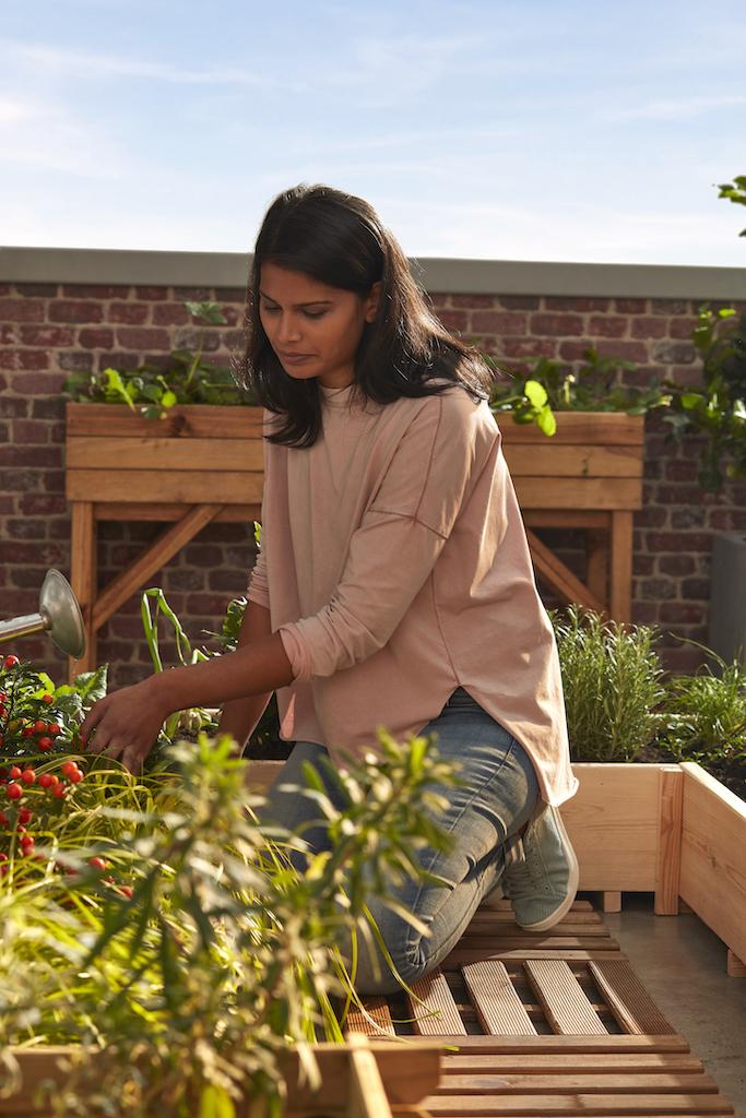 femme qui jardine