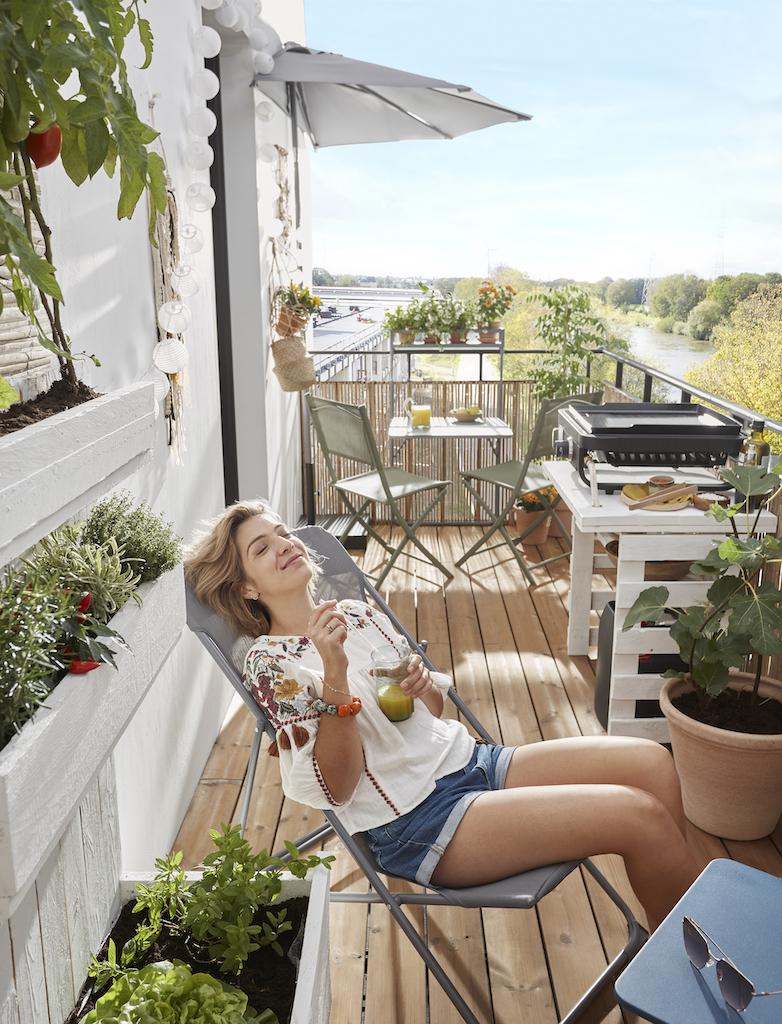 femme sur transat en terrasse