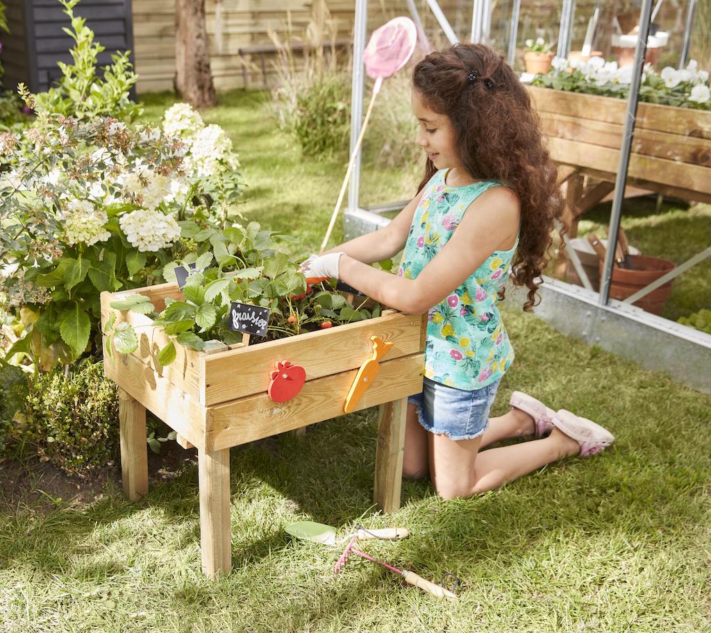 fille qui jardine