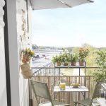 balcon terrasse table et chaises au soleil