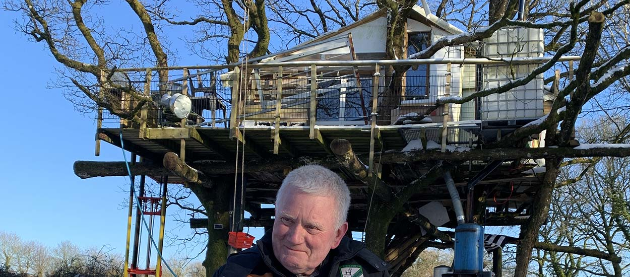 À 73 ans, il a construit une incroyable cabane dans les arbres pour ses petits enfants