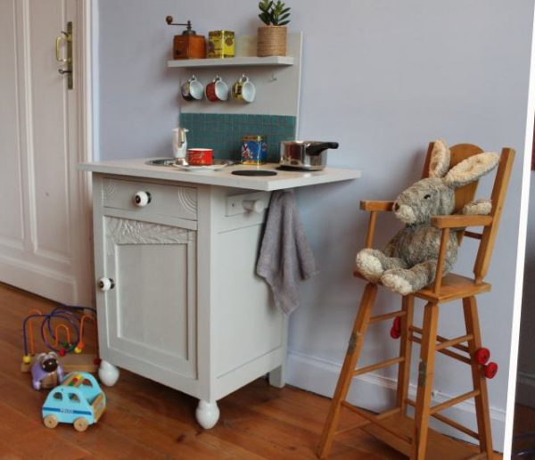 Tuto : Transformez une table de chevet en kitchenette pour enfant